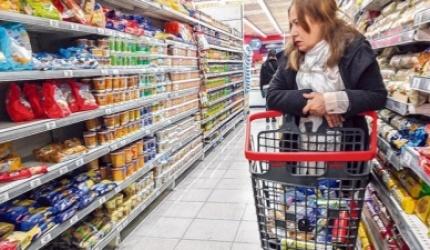 La caída del salario real impulsa una fuerte baja en el consumo privado